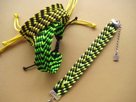 Como hacer una pulsera con el telar cuadrado kumihimo | Aprender manualidades es facilisimo.com