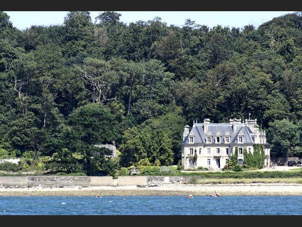 Un petit château vu depuis Locquénolé, à Morlaix (Finistère, France).