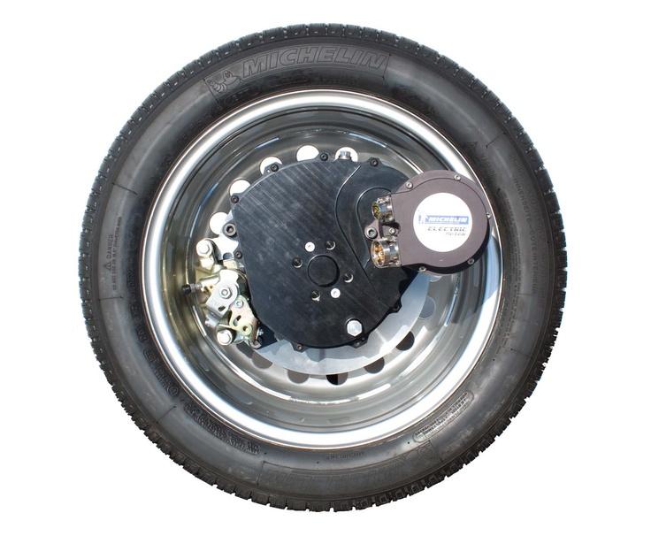 Présentée lors de la 1ère édition des Objets de la nouvelle France industrielle, L'active Wheel, roue motorisée de Michelin intègre en son sein le moteur électrique, le réducteur et le dispositif de freinage. La clef de la révolution technologique de cette roue se trouve à la fois dans la puissance et la miniaturisation du moteur. Il est le plus compact du marché. Grâce à cette miniaturisation, la roue est réinventée.