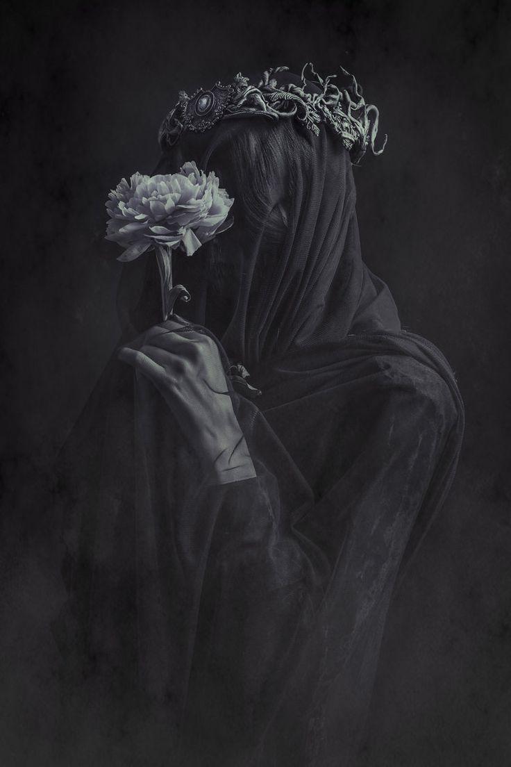 A morte apreciando a vida: as  mãos deixar bem feminina mesmo, realçar a flor fazendo ela emanar luz, e mudar o rosto para uma caveira, respirando o cheiro da rosa e roubando sua luz(um rastro de luz vai entrando por suas narinas e boca)