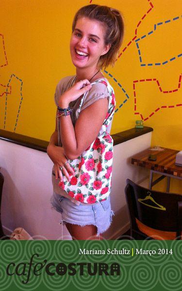 Mariana Schultz toda feliz com sua primeira bolsa!