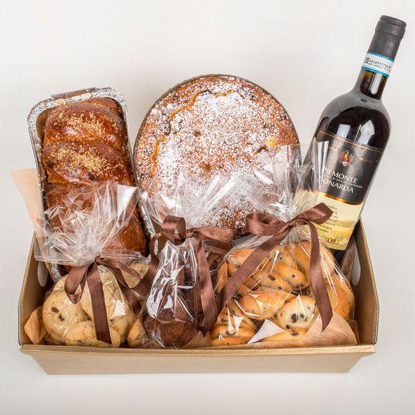Un alt pachet cadou, special creat pentru Paste in care asezam delicatese frantuzesti, dar si romaesti, poate fi oferit celor dragi.  Pret: 121 lei.