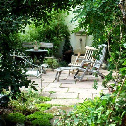 Issy les Moulineaux | Création d'un jardin. Terrasse dalles de grès rose (modack). Joint helxine. Fontaine: pierre calcaire. Paysagiste: Lucie Gilet. Site: http://penseesdejardins.fr