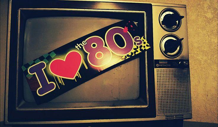 Con el televisor viejo del garage de mi abuelo, un poco de retoque y un banner de los 80, ayuda mucho a la decoracion de mi fiesta !¡!¡!