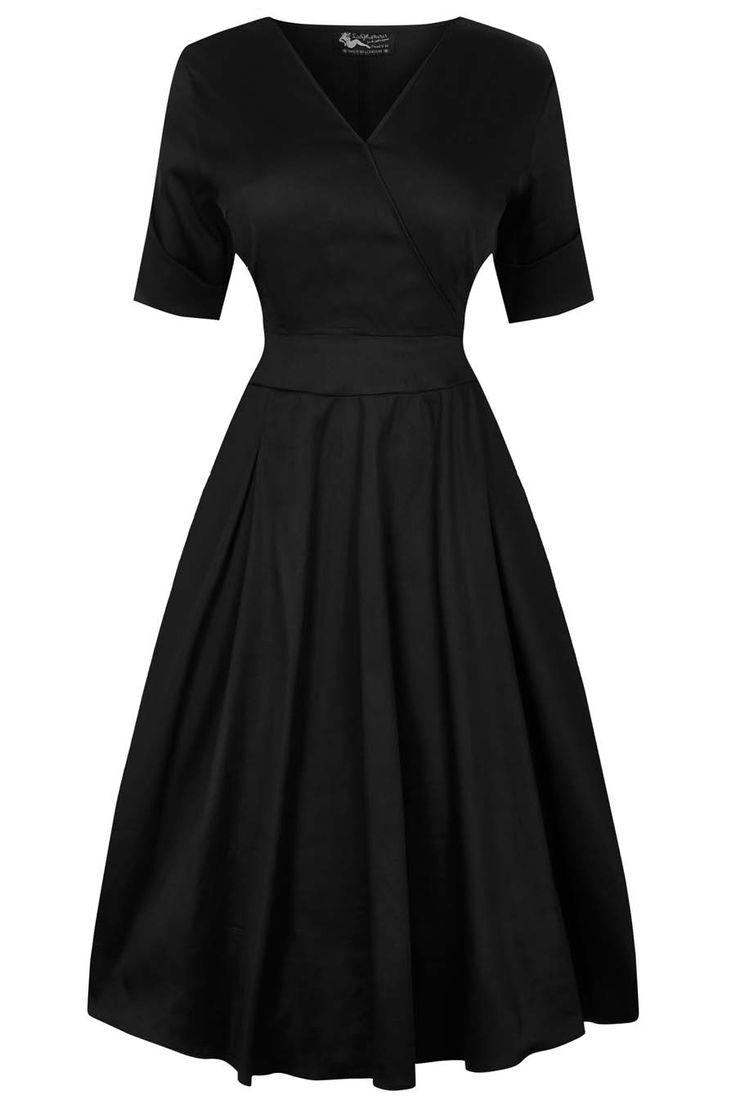 Černé saténové šaty Lady V London Estella Nádherné šaty pro dámy plus size z londýnské módní dílny. Díky materiálu s decentním leskem jsou vhodné na společenské události, do tanečních kurzů, do divadla, na promoce. Klasická černá barva, příjemný lehce pružný materiál (97% bavlna, 3% elastan).Výstřih do V (napevno šitý, neotvírá se), krátký rukáv, rozšířená sukně s pravidelnými sklady, pas projmutý, zapínání na krytý zip v bočním švu. Pro bohatší objem sukně doporučujeme doplnit spodničkou v…
