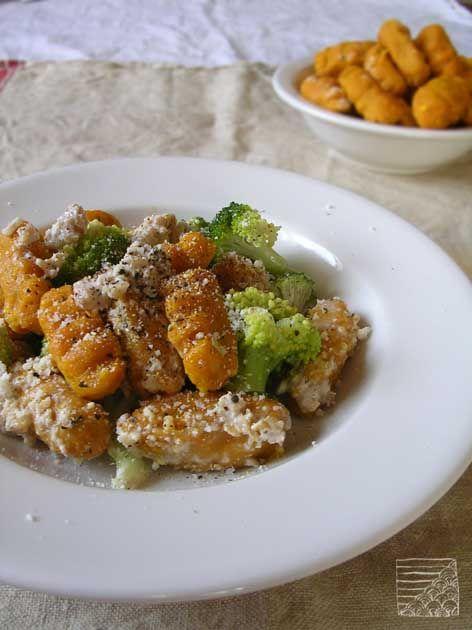 Gnocchis de courge à la crème de noix et brocolis vapeur.