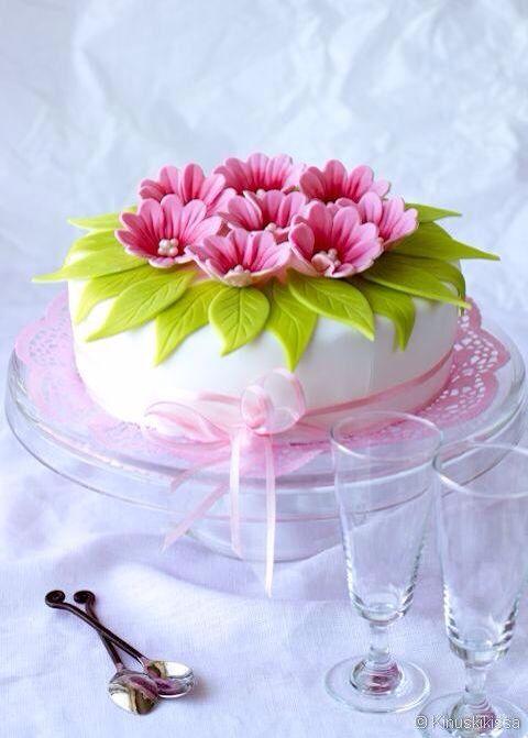 Pastel con ramo de flores