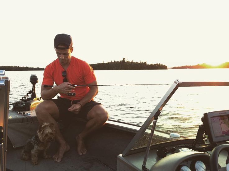 Jonathan Toews takes his dog, Betsy, fishing (Source: instagram.com/jonathantoews)