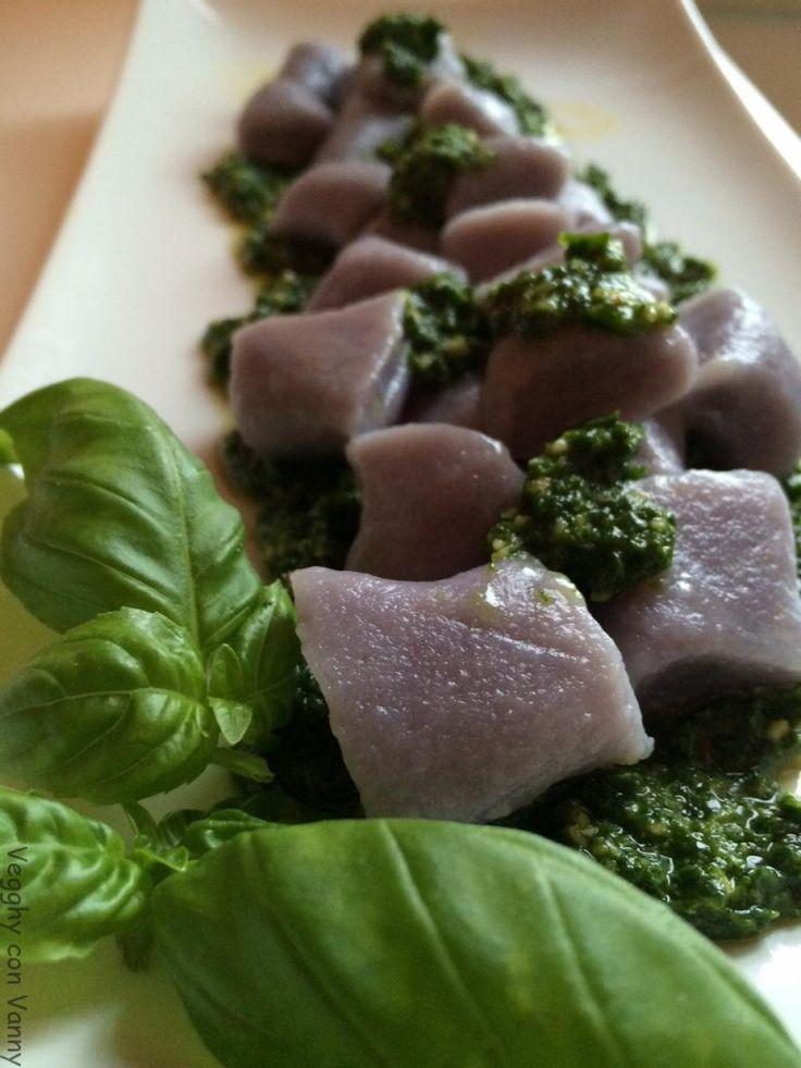 Gnocchi di patate vitelotte con pesto al basilico e spinacini