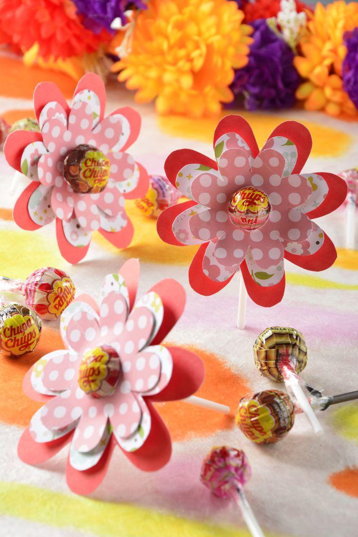 El mejor regalo que le puedes dar a una persona que es importante para ti, es un obsequio hecho por ti. Aquí te presentamos cómo decorar unas bonitas paletas para San Valentín, son unas ricas Paletas adornadas con unas bonitas flores de papel.