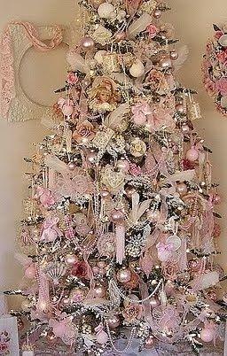 Kerstboom met roze decoratie