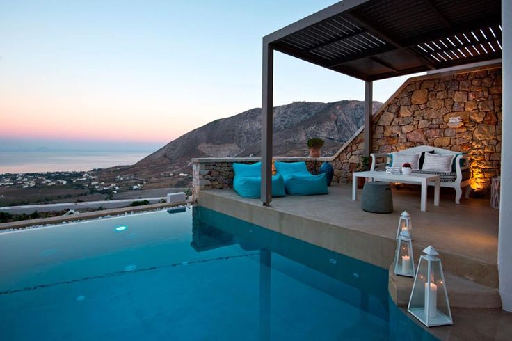 Capari is a pretty Greek villa in Santorini that offers the ultimate holiday experience! ☀️
