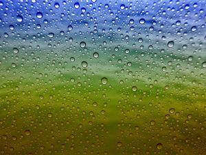 Néhány nappal ezelőtt már írtam arról, mennyi mindent lehet csinálni a gyerekekkel akkor is, ha esik az eső.Most néhány olyan játékot és mondókát mutatok, amit bent lehet játszani, amikor kint esetleg zuhog az eső.Esős idő mutogatós…