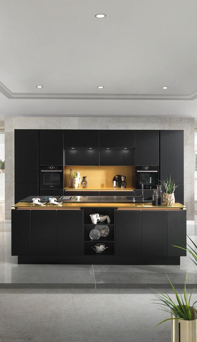 Schwarze Küche mit Kochinsel