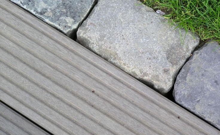 Wenn die Holzterrasse ebenerdig mit einer Steinkante abschließen soll, müssen Sie den Untergrund tief genug auskoffern