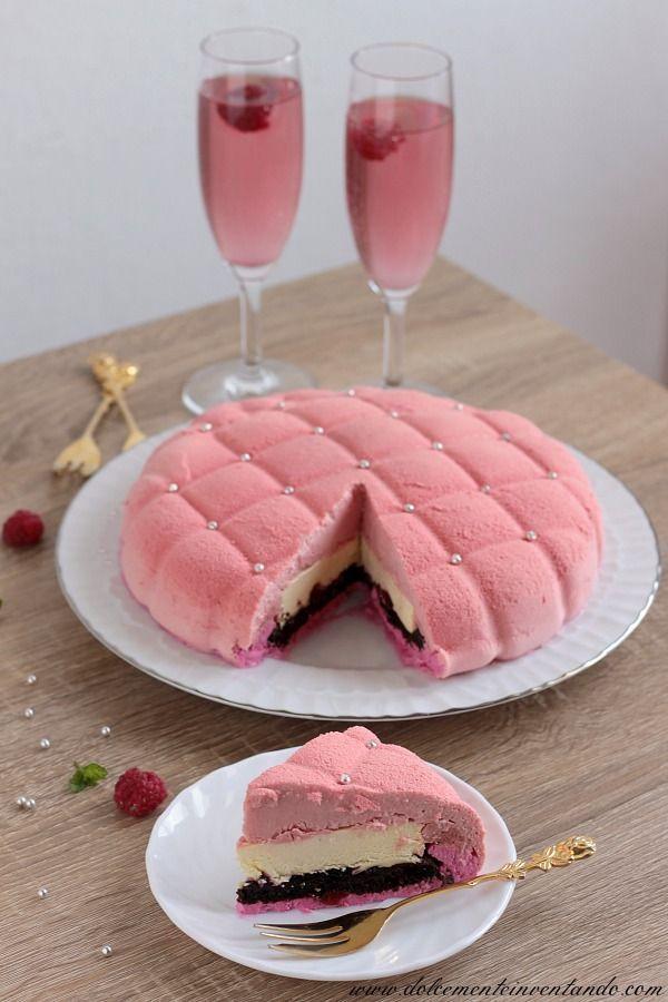 Una torta buonissima, fresca e delicata, non troppo dolce, perfettamente equilibrata. La bavarese ai lamponi incontra il cioccolato bianco, una marquise al cioccolato, uno strato di composta al ribes