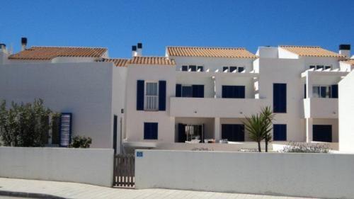 Appartamento #Formentera vicino al villaggio di Es Calò e a due passi dalla spiaggia, con 2 camere da letto, ampio bagno con doppio lavabo e vasca, salone con angolo cottura, cucina con penisola americana e lavanderia.  Taverna di 20 mtq con piccola finestra e terrazza di 75 mtq.  Garage 20 mtq