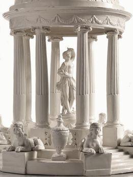 """CENTROTAVOLA, BOLOGNA, MANIFATTURA ALDROVANDI, 1793-1820 CIRCA tempietto neoclassico con figura di Venere e sfingi, terraglia """"all'uso d'Inghilterra"""", alt. cm 48. Completo di base sagomata in legno lastronato, scolpito e dorato, alt. cm 10, diam. cm 60"""