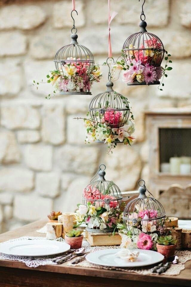 Gaiolas com flores decoram delicadamente