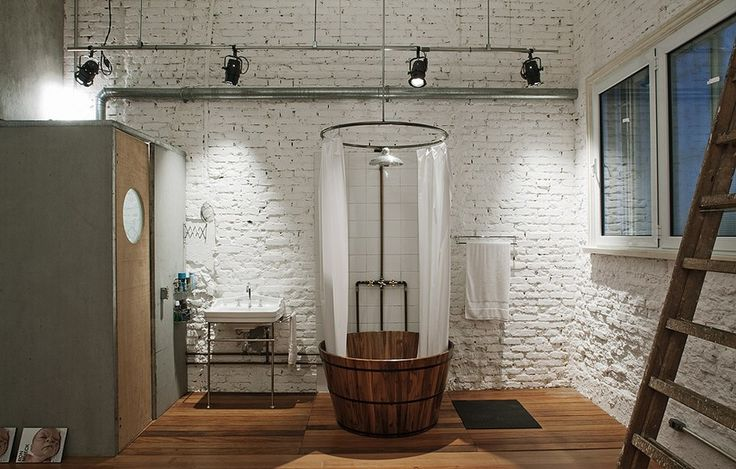 Integrado à suíte, o banheiro do arquiteto Juan Pablo Rosenberg tem canos e tubulações elétricas à mostra. Imenso, tem vaso sanitário isolado em boxe de painel wall com ventilação por exaustor e ofurô