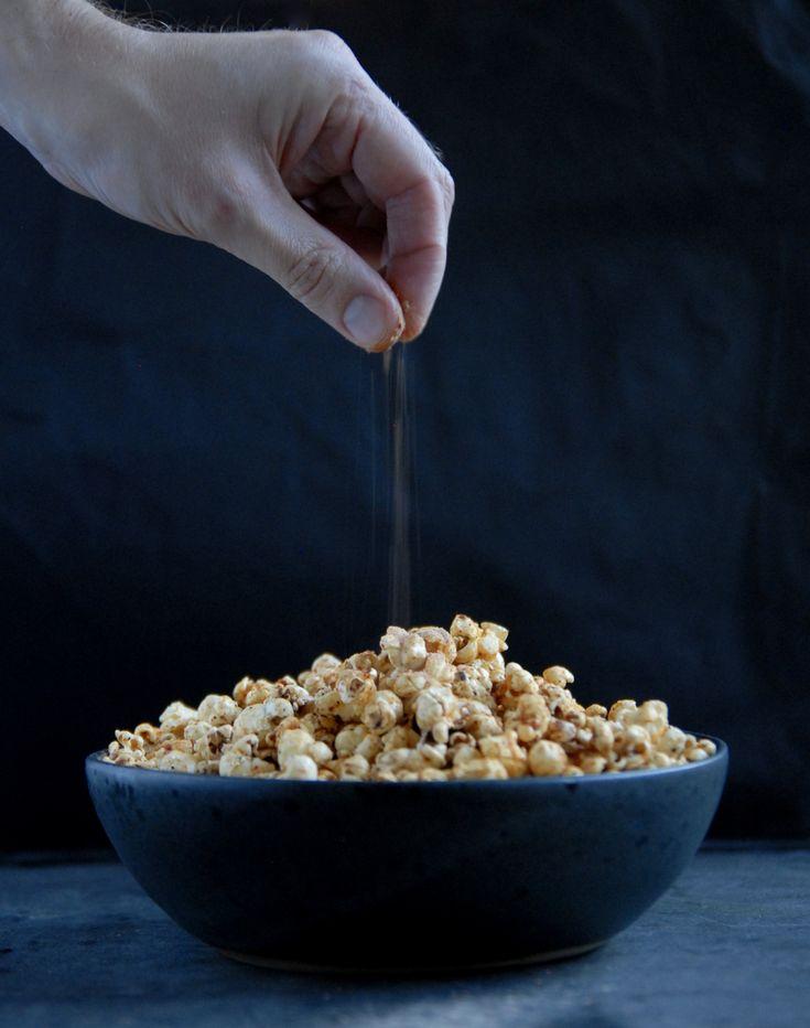 Opskrift på popcorn med chili- og ostesmag - ikke med ost, men med gærflager.
