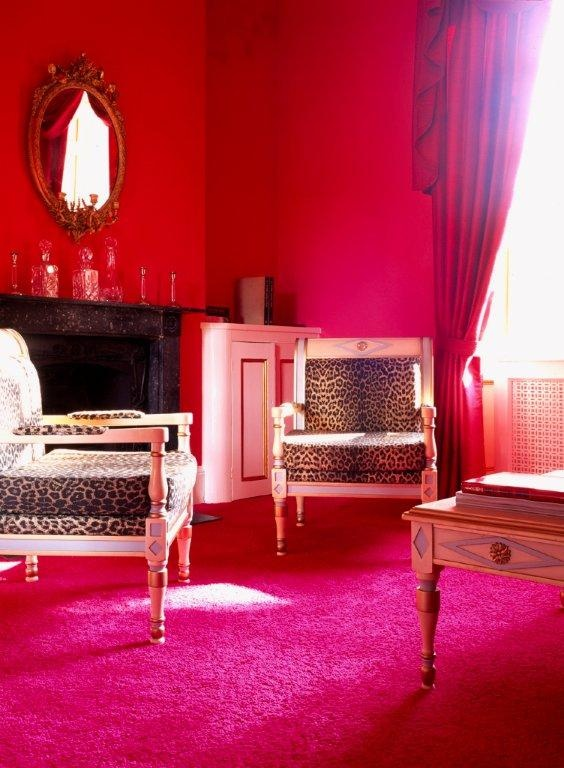 Tai Ping - Colfer House - Hong Kong - Paris - New York - Tapis - 1956 - Décoration - Ambiance - Rose - Rouge - Chaise - Fauteuil - Léopard - Miroir - Table - APR