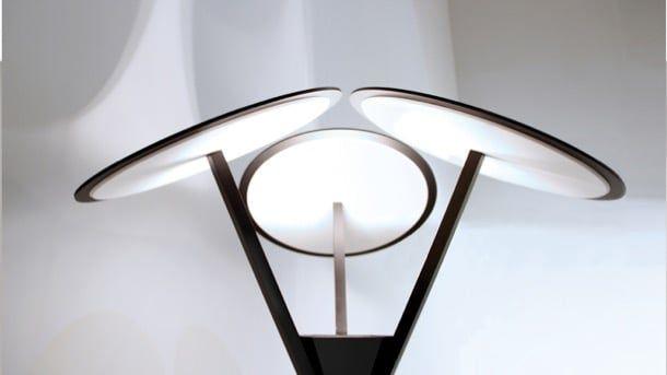 Albedo: lámpara metálica de pie, por ARRO Studio. ARRO Studio diseñó la lámpara metálica Albedo. Es un diseño muy llamativo porque posee tres discos con material plástico blanco (PMMA) que refleja la luz. Esta lámpara de pie tiene una altura de 190cm, y está compuesta por tres tubos de acero, unidos en una pequeña pirámide. Cada tubo termina en un disco, que actúa como superficie reflectaste. Las fuentes LED están en la pirámide invertida.  #Iluminación