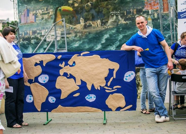 Moscow Zoo. Volunteers raised awareness of oceans pollution and the unbelievable 'garbage islands' around the globe. The public were inspired to upcycle waste, then place a heart sticker on the garbage islands to symbolise waste reduction :)
