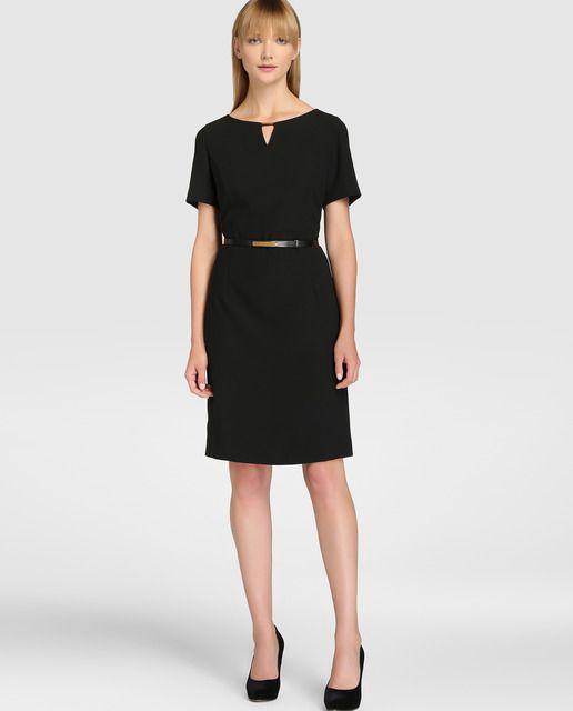 Vestido corto, en color negro liso. De manga corta y escote redondo. Con cinturón a tono.