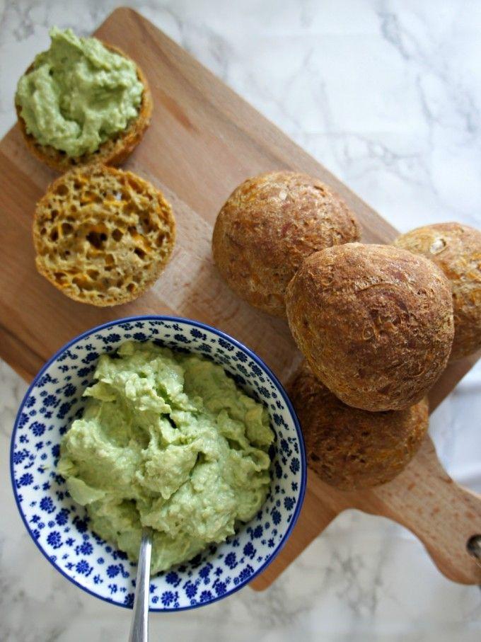 { Glutenfrie, søde gulerodsboller}  Der er nogle gode grundregler, når vi taler glutenfri bagning. Jeg får rigtig mangespørgsmål og kommentarer til mine glutenfrie brødopskrifter på bloggen, og derfor tænkte jeg, at jeg ville lave et seperat blogindlæg om glutenfri bagning. Person....