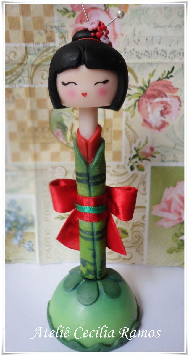---VALOR UNITÁRIO---  Canetas Kokeshi decoradas em Biscuit    Kokeshi Rosa- Aymi  Aymi siginifica: beleza do amor  As cores rosa e lilás, são cores que evocam o amor e a doçura, romance e delicadeza, serenidade e elevação.  Aymi Deseja a você: AMOR E TERNURA    Kokeshi Verde- Rieko  Rieko tem o s...