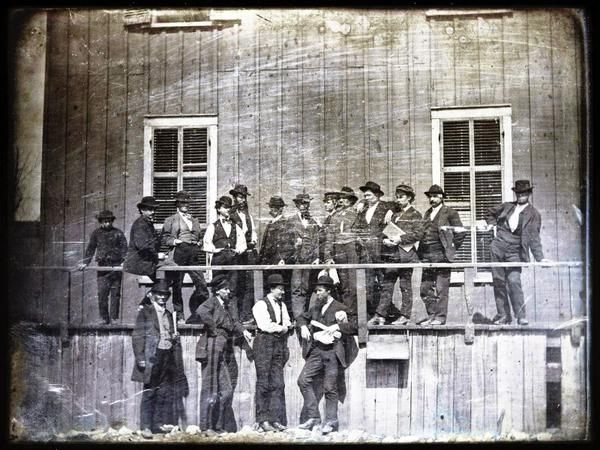 Фермеры ждут открытия рабской ярмарки в Сент-Луисе. Миссури. США. 1852 г.