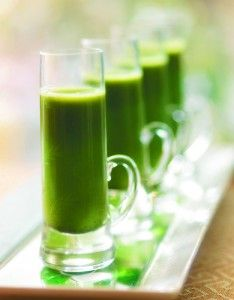 Apple-Spinach-Wheatgrass smoothie -- fresh and delicious, and packed with antioxidant vitamins and fiber!