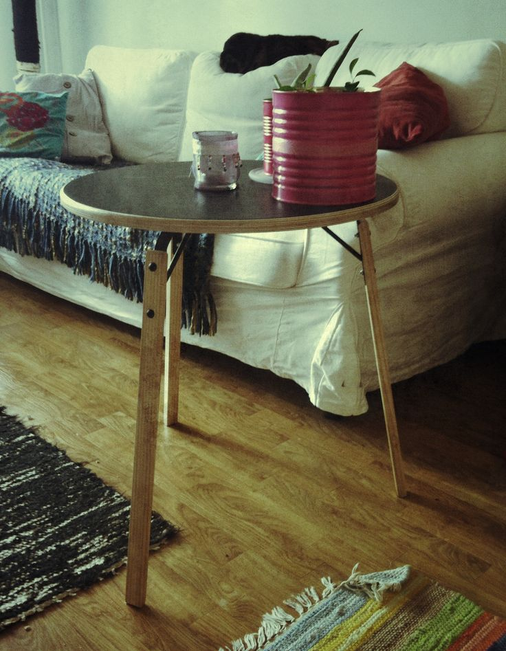 My man made this beautiful side-table. I love the looks of the wood layers on the edges. And the black balletmat that he used for the top surface. The dark thing on top of the couch is a cat, btw.