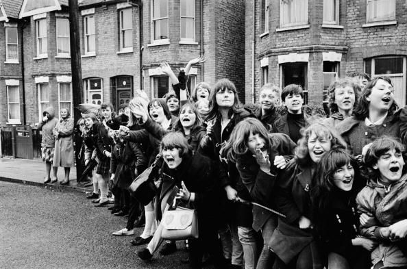 Afbeelding van http://cache2.asset-cache.net/gc/3134327-15th-march-1965-excited-young-beatles-fans-gettyimages.jpg?v=1&c=IWSAsset&k=2&d=8%2Fpl7rpHF5DUOhU7pFc1le1MrmHo3aq5JGxWQoGY0FI%3D.