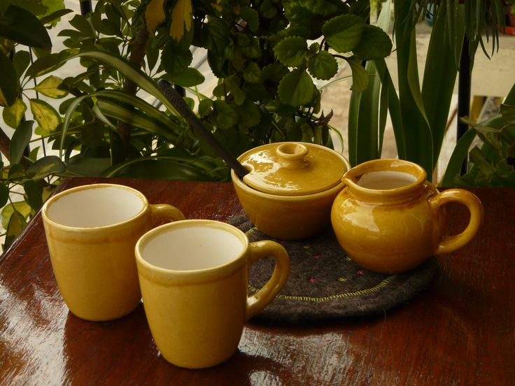 Mugs, lechera y azucarera de cerámica esmaltada artesanal (varios colores disponibles). Cucharas de madera de palo santo talladas a mano. (Obra Inspiración Sustentable)