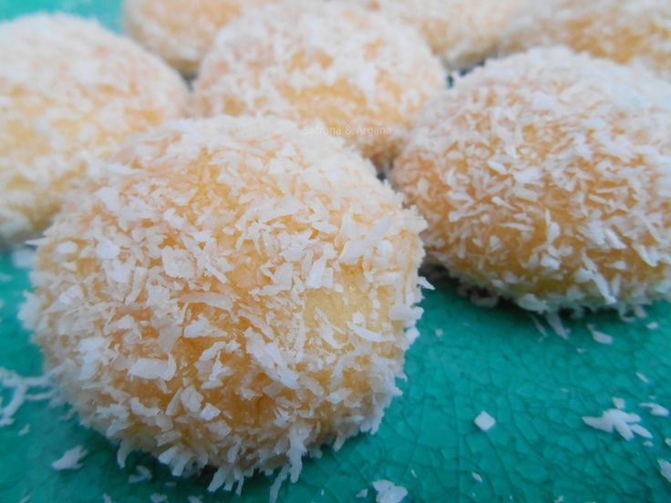 Ik zeg het vaker: hoe lekker de (Marokkaanse) patisserie ook is bijna iedereen zweert bij de meest eenvoudige koekjes. En deze kokos-jam ...