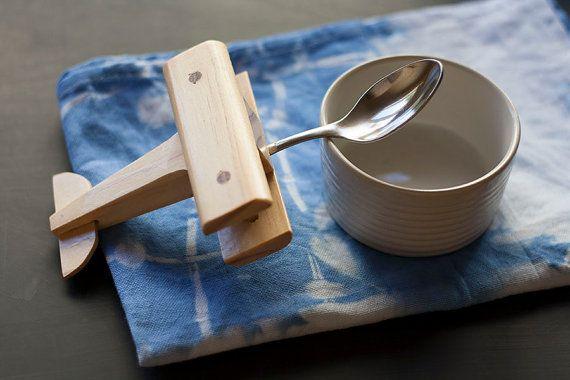 Stimuler leurs esprits et de faire plaisir de temps de repas pour votre petit avec cette cuillère de bois fabriqués à la main avion pour les
