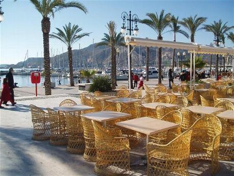 Cartagena, Spanien, Hafenrestaurant mit Ausblick auf den Hafen