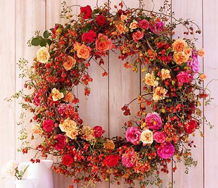 Rosenblüten in Rosa, Pink und Aprikot harmonieren fabelhaft mit Hagebutten. Probieren Sie es mal aus! Auch bei diesem Kranz gilt: Beim Binden unbedingt feste...