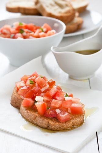 De Italiaanse bruschetta, zoals dit broodje heet, is een stukje stokbrood met daarop heerlijke warme tomaten. Dit heerlijke en vooral makkelijke recept mag niet ontbreken als bijgerecht bij bijvoorbeeld een BBQ.