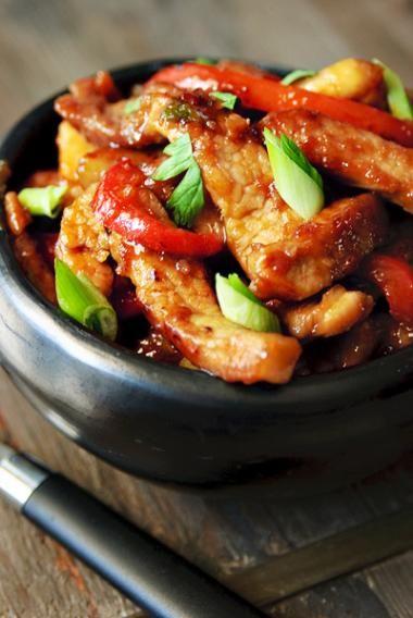 recept zoete reepjes varkensvlees met rode paprika en lente-uitjes