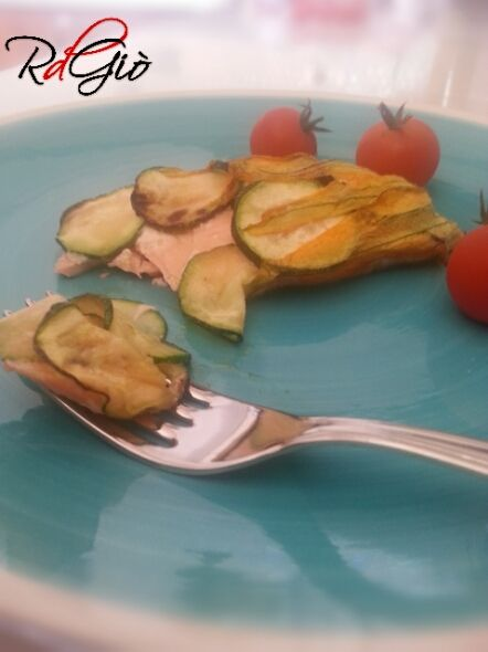 Filetti di Salmone  al forno con zucchine e fiori di zucca http://ricetdiariodigio.blogspot.it/2014/08/filetti-di-salmone-al-forno-con.html