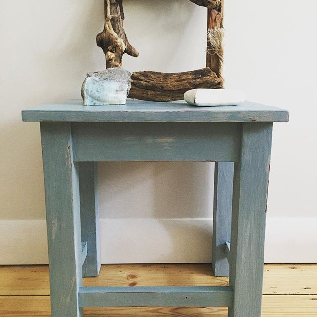 Was up bright and early to finish the cute little table and upload it to the mulberryloves blog. This painted in subtle layers of #farrowandballpaint & #farrowandballdimpse with a final coat of #autenticopaint #summersky £40 #paintedfurniture #cottagestyle #coastalliving #coastaldecor #cottagecountry #chalkpaintedfurniture #vintagelove #vintagefurniture #blue #summerstyle #cute #mulberryloves #justacountrygrl