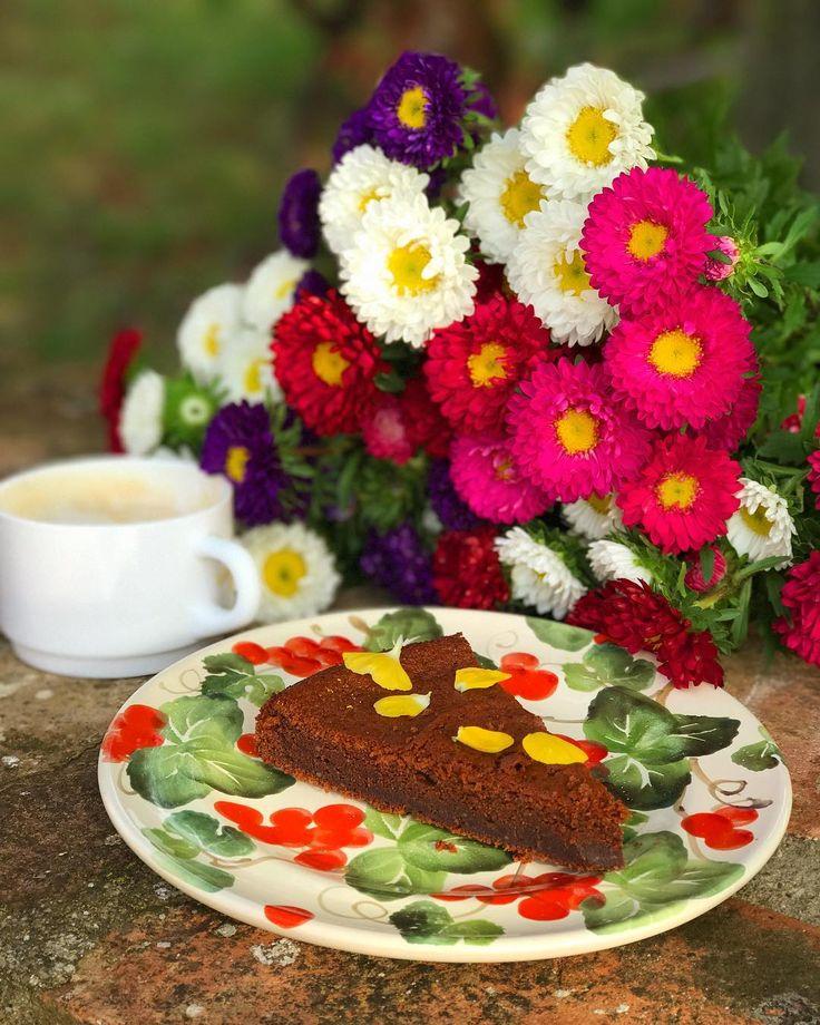 """560 Beğenme, 18 Yorum - Instagram'da Ella Martino (@ellamartino): """"Шоколадный пирог с рикоттой и хризантемы (астры оказывается) от @masha_murtazina ❤️ Пишу рецепт,…"""""""