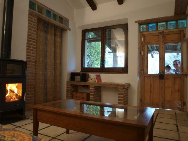 Salon con chimenea en la Casa Rural Tai en Cortes de la Frontera