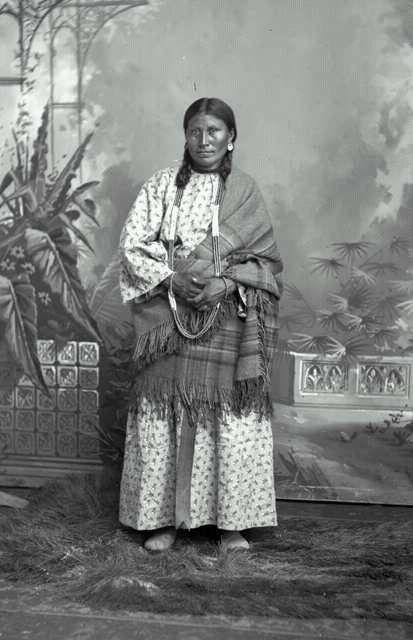 Indiánská dívka a světlé šaty.