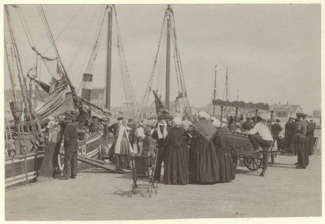 Eerste haven, gezien naar de Vissershavenweg; op de voorgrond vrouwen en kinderen die afscheid nemen; rechts een ijskar van G.A. Otto met 'fijne vanille ijswafelen'. 1922 J. van der Markt #ZuidHolland #Scheveningen