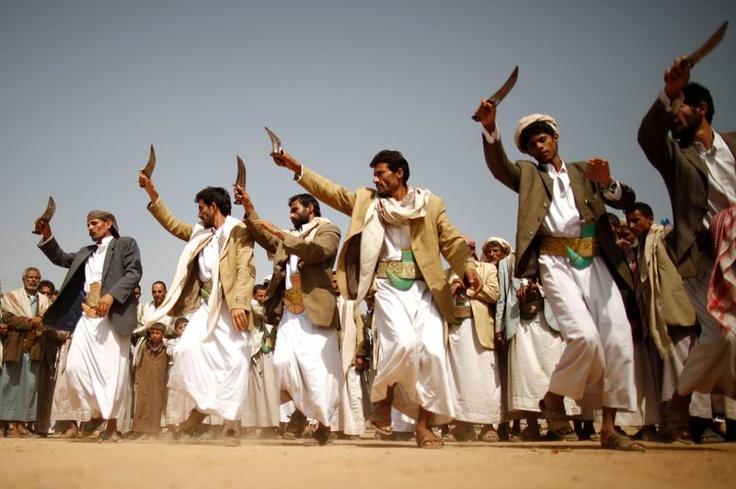 À couteaux tirés. Poignard en main, ces manifestants yéménites proches de la rébellion chiite, dansent en marge d'un rassemblement dans la province de Saada pour dénoncer la présence américaine dans le pays. Par ailleurs, huit jeunes Yéménites ont été tués et vingt autres blessés dans un attentat suicide, mercredi, à la sortie de l'académie de police à Sanaa, a annoncé la Haute commission de sécurité, qui a accusé al-Qaida. Les autorités pourchassent sans relâche les insurgés de