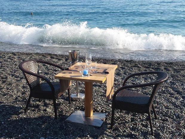 Mignon Beach and restaurant — Cavi di Lavagna (Genova)È uno stabilimento balneare ma anche ristorante. Lo chef Daniele Bacigalupo prepara piatti tipici liguri e pesce sempre fresco. Serate a tema con degustazioni di champagne e pesce crudo sulla spiaggia